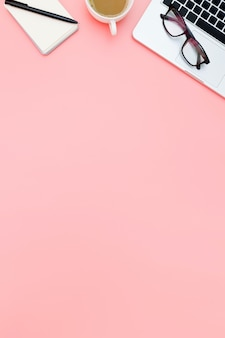 Vlak leg bureauwerkruimte met lege laptop, hoogste meningslaptop achtergrond en exemplaarruimte op roze achtergrond