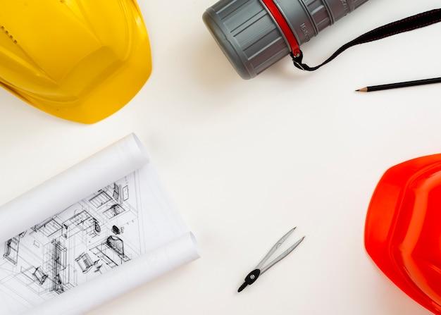 Vlak leg de apparatuur van de bouwarchitect met copyspace