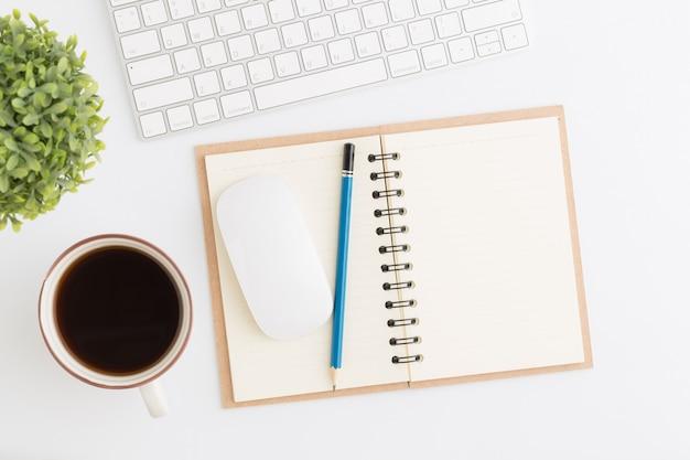 Vlak leg fotocureau met muis en potlood op notitieboekje