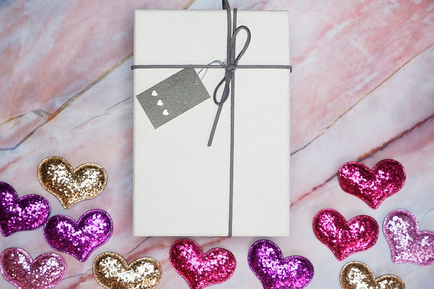 Vlak leg giftdoos op lijst voor de achtergrond van de valentijnskaart