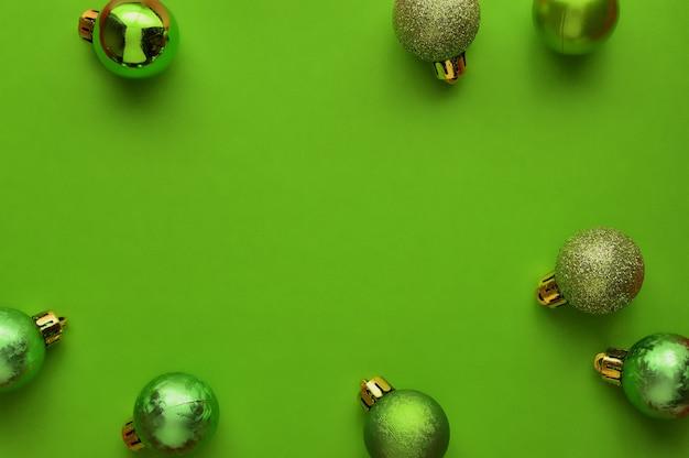 Vlak leg, hoogste achtergrond van de menings minimale samenstelling van groene decoratieve kerstmisornamenten.