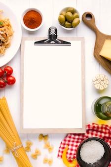 Vlak leg italiaanse voedselsamenstelling met klembordmalplaatje
