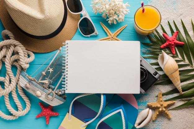 Vlak leg notitieboekje met vakantieconcept