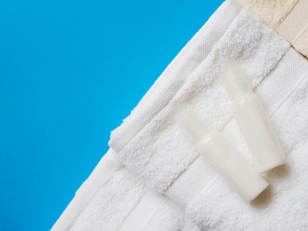 Vlak leg oliën op de top van handdoeken