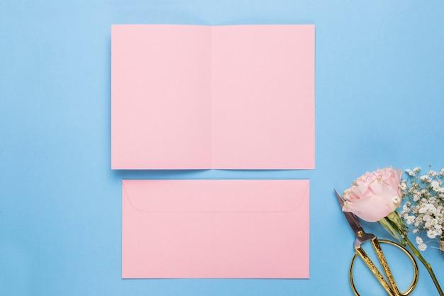 Vlak leg roze huwelijksuitnodiging