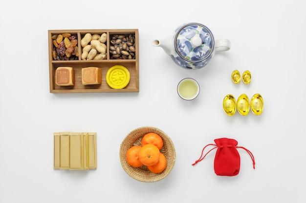 Vlak leg sinaasappel en dessert ook rood zakgeld op houten thuis bureau.