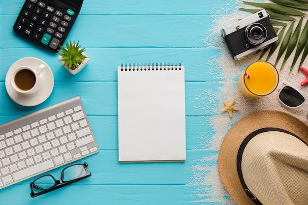 Vlak leg vakantieconcept met notitieboekje
