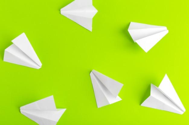 Vlak leg van een document vliegtuig op groene pastelkleur