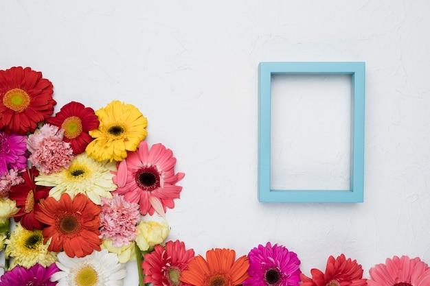 Vlak leg van frame met bloemenconcept
