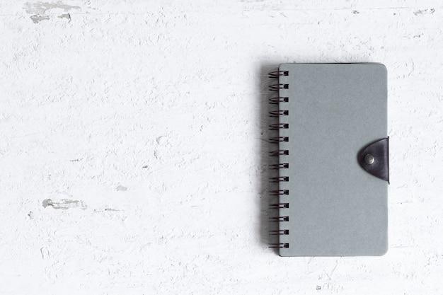 Vlak leg van gesloten notitieboekje met lege dekking