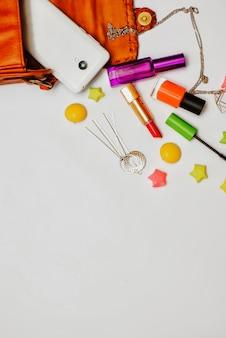 Vlak leg van oranje leervrouwentas met schoonheidsmiddelen