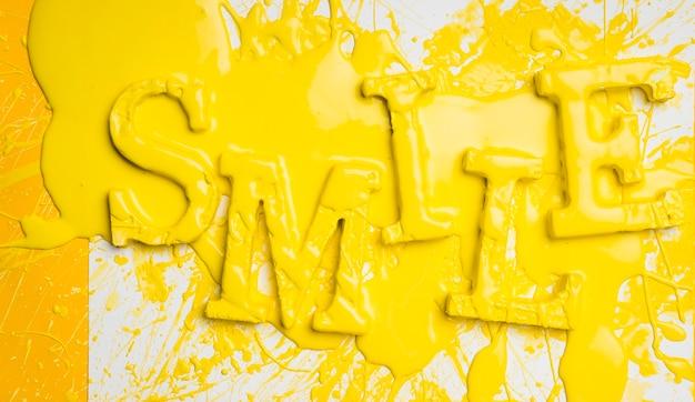 Vlak leg van woordglimlach met verf