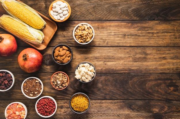 Vlak leg voedselframe met korrels en exemplaar-ruimte