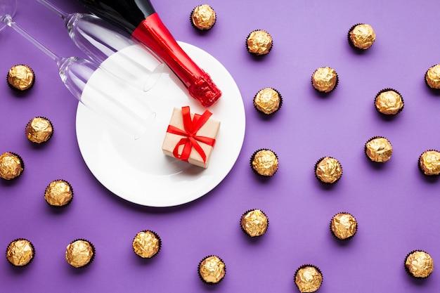 Vlakke decoratie met chocolade en witte plaat