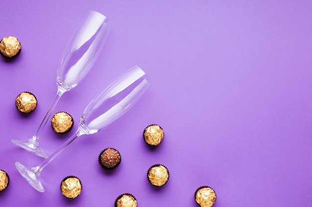 Vlakke decoratie met chocoladeballen en glazen