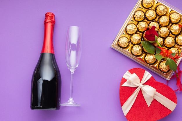 Vlakke decoratie met wijnfles en glas