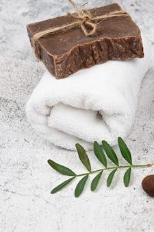 Vlakke indeling voor hygiëne. vlakke indeling met accessoires, spa-cosmetica, badzout, crème en handdoeken. huidverzorging, natuurlijke cosmetica