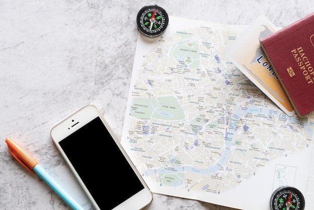 Vlakke lay-kaart met reisaccessoires