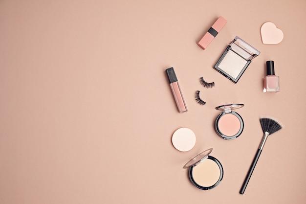Vlakke leggen met set van professionele decoratieve cosmetica, make-up tools en vrouw lente, zomer accessoires over roze muur met kopie ruimte. beauty blog, mode, feest, winkelconcept. bovenaanzicht