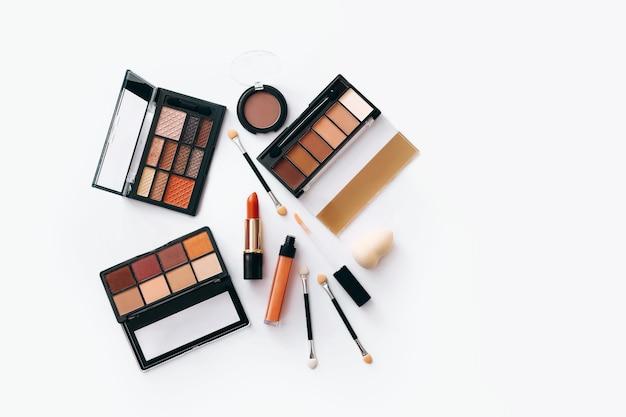 Vlakke leggen met set van professionele decoratieve cosmetica
