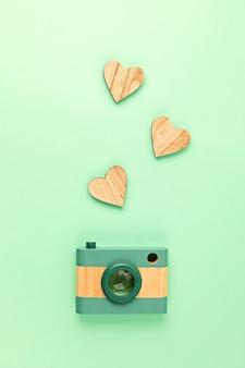 Vlakke leggen met speelgoed houten camera en harten. social media, posts, likes, volgers, online fotografie klassen concept. bovenaanzicht, kopieer ruimte.