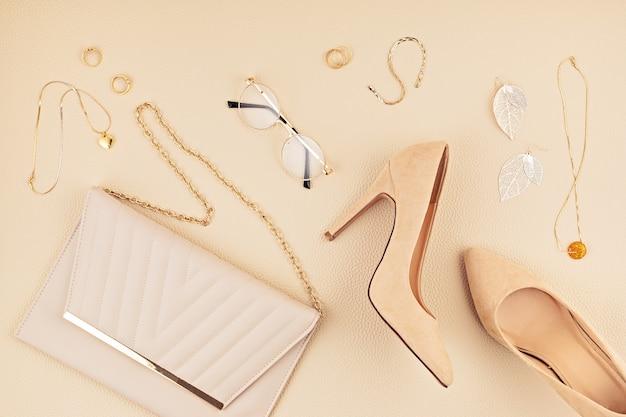 Vlakke leggen met vrouw modeaccessoires in beige kleuren. modeblog, zomerstijl, winkelen en trendsconcept. Premium Foto