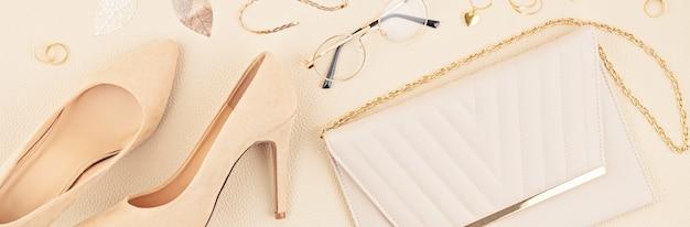 Vlakke leggen met vrouw modeaccessoires in beige kleuren. modeblog, zomerstijl, winkelen en trendsconcept.