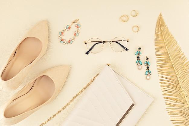 Vlakke leggen met vrouw modeaccessoires in gele en blauwe kleuren. modeblog, zomerstijl, winkelen en trendsidee