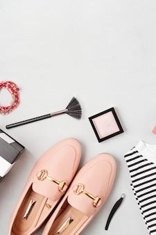 Vlakke leggen met vrouw modeaccessoires in gele kleuren. mode, online beautyblog, zomerstijl, winkelen en trendsconcept