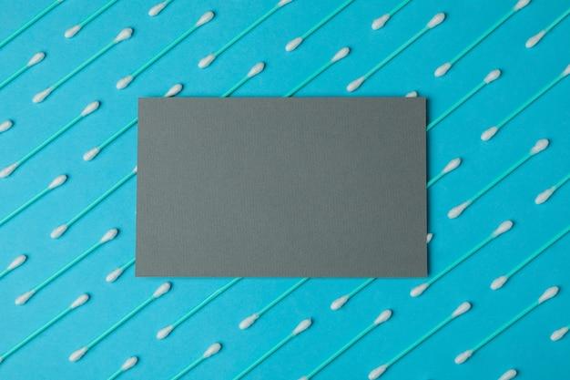 Vlakke leggen met wattenstaafjes op blauwe achtergrond, ruimte voor tekst