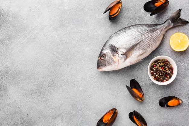 Vlakke mix van zeevruchten met specerijen