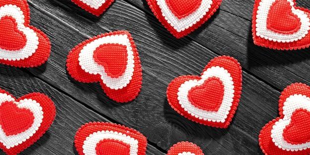 Vlakke weergave van valentines harten op donkere houten achtergrond