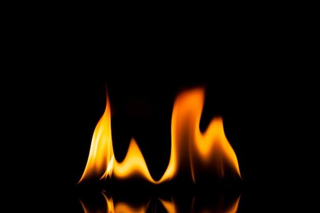 Vlam vuur beweging op een zwarte achtergrond.