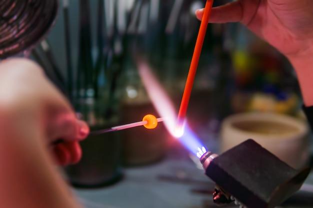 Vlambewerking handmatig maken van glasparels met behulp van een brander op hoge temperatuur