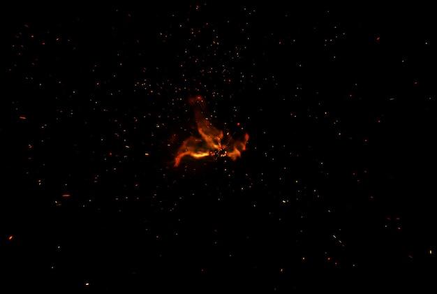 Vlammen met vonken op een zwarte achtergrond