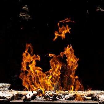Vlammen van vuur op zwarte achtergrond