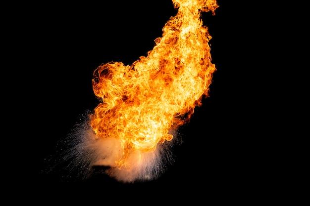 Vlammen veroorzaakt door de explosie van de olie.