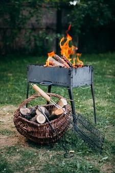 Vlammende barbecuegrill in de tuin in zomer