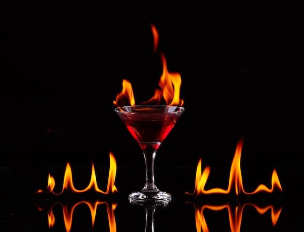 Vlammende cocktail over zwart