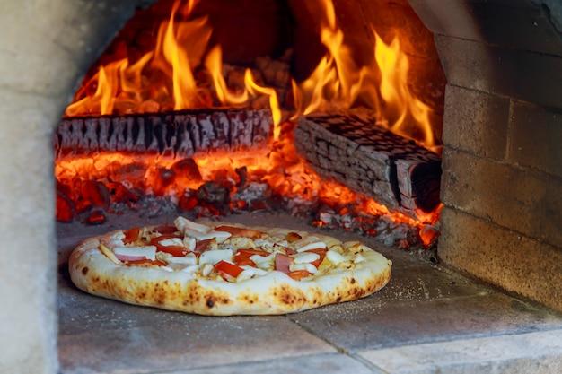 Vlammende hete houtgestookte pizza-bakoven