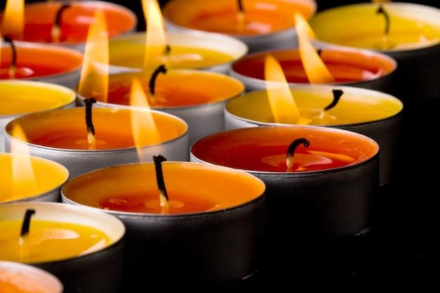 Vlammende kaarsen op een donkere achtergrond