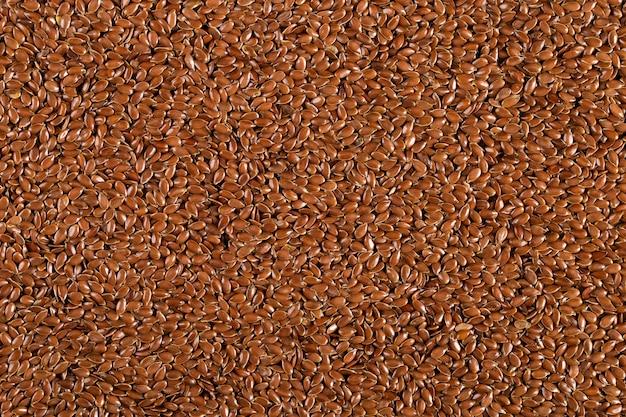 Vlaskorrels, gelijkmatig bestrooid, bruin gemaakt van kruiden. , copyspace.