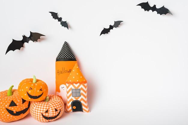 Vleermuizen over speelgoedtorens en jack-o-lantaarns