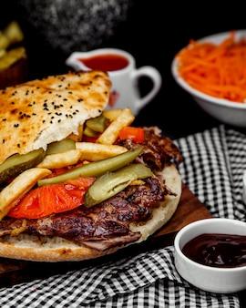 Vlees doner in brood met frietjes en augurken