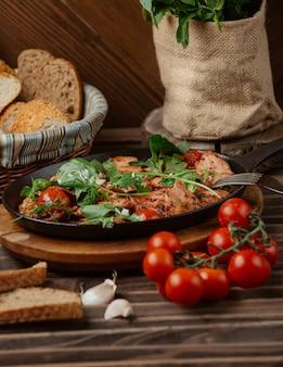 Vlees en groentenstoofpot in een zwarte pan