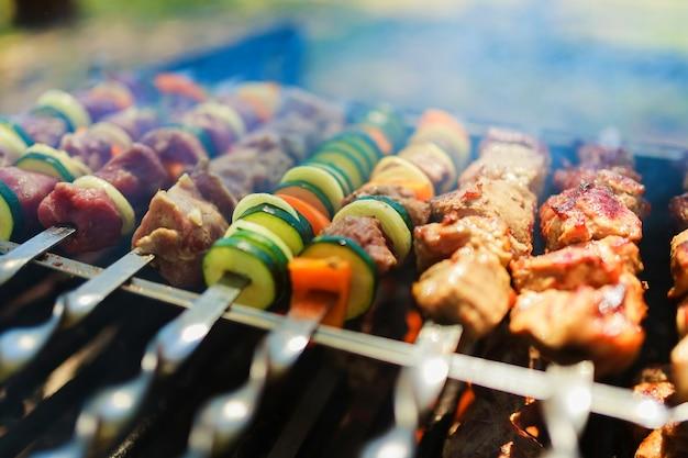 Vlees- en groentespiesjes op de grill in de natuur