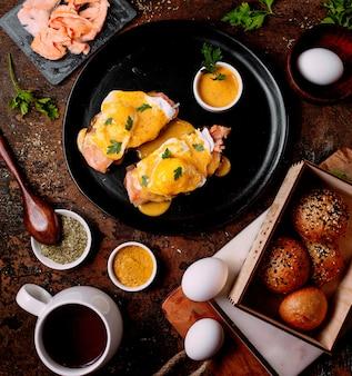 Vlees gegarneerd met saus en wat eieren