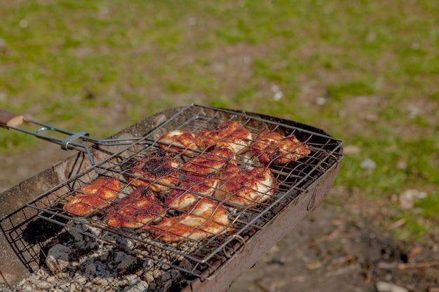 Vlees gegrild op de barbecue. diner picknick partij concept. gegrilde voedsel achtergrond. ondiepe focus. kopieer ruimte. bovenaanzicht