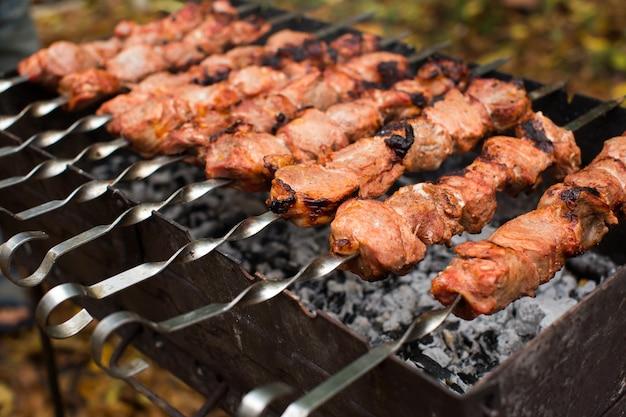 Vlees geroosterd op vuur barbecue kebabs op de grill