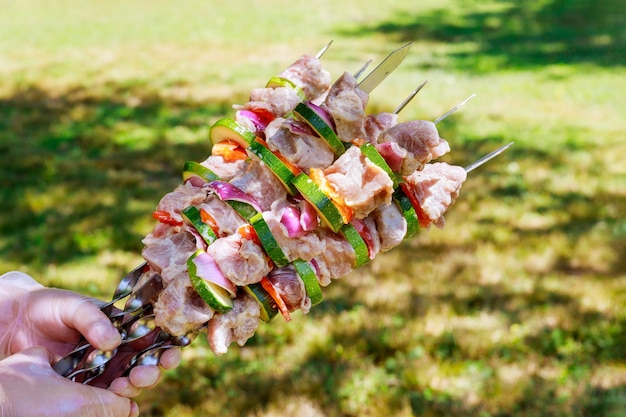 Vlees kebab aan het spit op picknick voor dag van de arbeid. amerikaanse vakantie.